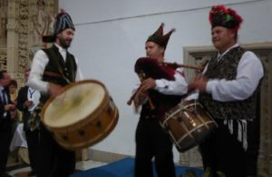 Traditional entertainment at the final dinner, including gaita (Galician bagpipes)